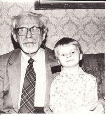 Juozas Miltinis su Vaclovo Blėdžio sūneliu Leonu. Apie 1989 m. PAVB FJM-877/7