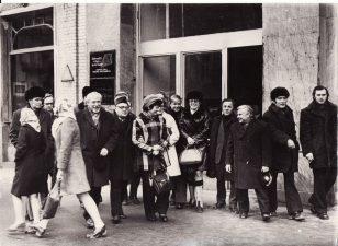 Panevėžio dramos teatro gastrolės Tbilisyje 1975 m. vasario 22 d. (prie Š. Rustavelio teatro). J. Miltinis – penktas iš kairės. Fotogr. E. Gigilašvilio. PAVB FJM-921/1