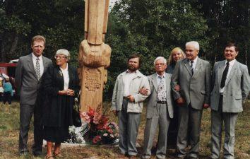 Koplytstulpis režisieriaus Juozo Miltinio tėviškėje Ramoniškių k. (Viekšnių seniūnija), pastatytas 1997 m. (autorius Stasys Adomaitis). Tai buvusi Miltinių sodybos vieta, kurioje būsimasis režisierius gyveno nuo 6 metų