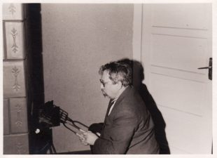 Režisierius kokliniame pečiuje (Teatro g. Nr. 4 Panevėžyje) kepa bifšteksą. 1959 m. PAVB FJM-1015/34
