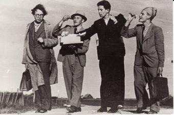Pakeliui į Vacovo Blėdžio tėviškę Kubiliūnus (Radviliškio raj.): Juozas Miltinis, Stasys Paska, Bronius Babkauskas, Vaclovas Blėdis. 1942 m. Fotogr. Kazimiero Vitkaus. PAVB FJM-1019/11