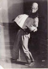 """Juozas Miltinis – Seržantas Žano Lui Baro (Jean Louis Barrault) režisuotoje V. Folknerio (W. Faulkner) pjesėje """"Aplink motiną"""". 1935 m. PAVB FJM-1010/2"""