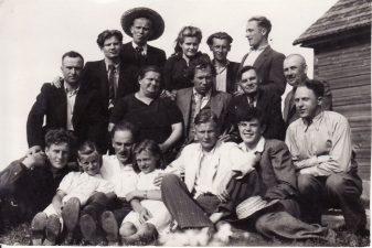 1942 m. vasaros pavakarys Kubiliūnuose. Juozas Miltinis – antroje eilėje, viduryje. PAVB FJM-1023/1