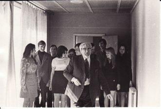 Juozas Miltinis su studijos auklėtiniais. Fotogr. Kazimiero Vitkaus. PAVB FJM-1013/10