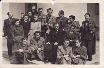 Panevėžio teatro kolektyvas. Apie 1945 m. Režisierius Juozas Miltinis – antroje eilėje, viduryje. PAVB FJM-1019/21