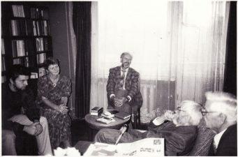Švenčiant Juozo Miltinio 85-erių metų sukaktį. Iš dešinės: Vaclovas Blėdis, Juozas Miltinis, Algimantas Mikėnas, Birutė Šlivinskienė. 1992 09 03. Fotogr. Juozo Slivinsko. PAVB FJM-1013/3