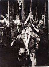 """Spektaklyje Moljero (Molière) """"Tariamasis ligonis"""" (rež. Juozas Miltinis). 1950 m. Eugenija Šulgaitė – Belina, Regina Zdanavičiūtė – Tuaneda, Juozas Miltinis – Arganas. PAVB FJM-1011/11"""