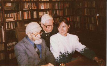 Juozas Miltinis savo bibliotekoje su aktoriumi Vaclovu Blėdžiu ir teatro apšvietėja Ramune Petrikaite. 1992 m. rugsėjis. Fotogr. Juozo Šlivinsko. PAVB FJM-842/4