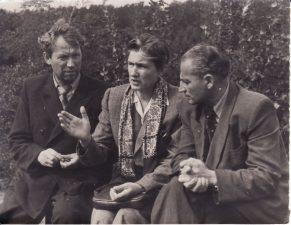 """Kino filmo """"Aušra prie Nemuno"""" kūrėjai. Iš kairės: aktorius Juozas Miltinis, kinematografijos ministrė Michalina Meškauskienė, filmo režisierius Aleksandras Faincimeris. 1953 m. PAVB FJM-903/2"""