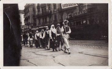 """""""Tautų šventė"""" Paryžiuje, 1933 m. Vėliavnešys – Juozas Miltinis. PAVB FJM-1010/8"""