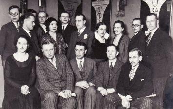 Juozas Miltinis su Šiaulių teatro aktorių trupe, apie 1931 m. Trečioje eilėje, pirmas iš kairės stovi Juozas Miltinis, antroje eilėje antras iš dešinės – Juozo Miltinio bičiulis Valerijonas Derkintis. PAVB FJM-1019/18