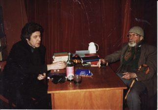 Režisierius Juozas Miltinis su dailininku Stasiu Eidrigevičium J. Miltinio namuose. Panevėžys, Algirdo g., 1992 m. gruodis. PAVB FJM-966/1