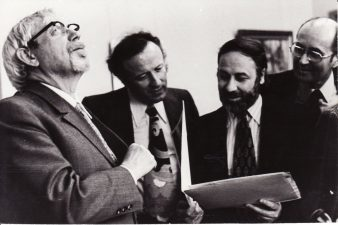 Juozas Miltinis (kairėje) su Prancūzijos režisieriais Panevėžyje. 1974 m. Fotogr. Kazimiero Vitkaus. PAVB FJM-1021/2