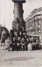 Su Paryžiuje studijuojančiais lietuviais prie Adomo Mickevičiaus paminklo. Juozas Miltinis sėdi antras iš dešinės. PAVB FJM-1010/6