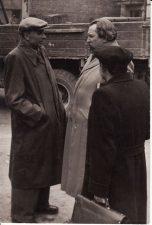 Režisierius Juozas Miltinis (viduryje) su rašytoju Juozu Grušu (kairėje) ir aktoriumi Vaclovu Blėdžiu. Fotogr. Kazimiero Vitkaus. PAVB FJM-1013/1