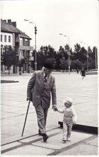 Juozas Miltinis su Vaclovo Blėdžio sūneliu Leonu Panevėžyje, Lenino (dabar Laisvės) aikštėje. 1985 07 28. Fotogr. St. Vaikelio. PAVB FJM-877/5