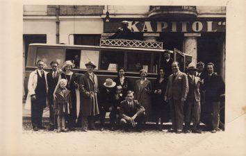 """Prie Šiaulių """"Kapitol"""" kino teatro, kur buvo prisiglaudę Šiaulių valst. teatro aktoriai apie 1931–1934 m. Juozas Miltinis – antras iš dešinės. Apie 1931–1932 m. PAVB FJM-811/4"""