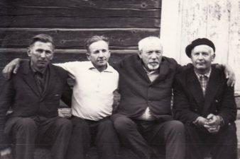 Juozas Miltinis (antras iš dešinės) Viekšniuose su kaimynais. PAVB FJM-848/5