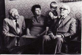 Nijolė ir Vaclovas Bėdžiai su sūneliu Leonu ir režisieriumi Juozu Miltiniu. 1985 m. PAVB FJM-879/2