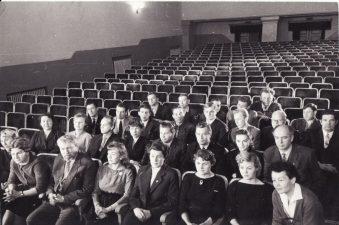 Aktorių kolektyvas su režisieriumi Juozu Miltiniu (pirmoje eilėje) Senojo teatro salėje. 1960 m. PAVB FKV-440/4