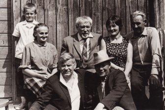 Juozas Miltinis (antroje eilėje, viduryje) su Vaclovu Blėdžiu (pirmoje eilėje, kairėje) ir brolio Antano šeimos nariais. Pirmoje eilėje, dešinėje – Juozo Miltinio brolis Pranas. Apie 1970 m. PAVB FJM-848/1