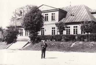 Juozas Miltinis prie Viekšnių pradinės mokyklos. Apie 1970 m. PAVB FJM-849/1