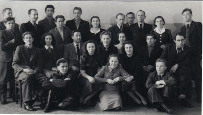 Aktorių kolektyvas tik atvykus į Panevėžį. Juozas Miltinis – antroje eilėje, dešinėje. Apie 1940–1943 m. PAVB FJM-1019/6