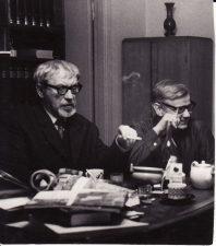 Režisierius Juozas Miltinis su aktoriumi Vaclovu Blėdžiu. Apie 1965 m. Fotogr. Algimanto Mockaus. PAVB FJM-874/1