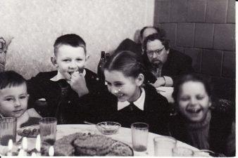 Juozas Miltinis su aktorių vaikais: Vitalijum Zabarausku, Aurimu Babkausku, Margarita Kosmauskaite, Joana Karkaite. Apie 1956 m. Fotogr. Kazimiero Vitkaus. PAVB FKV-409/42
