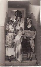 """Satyrinė intermedija """"Paskutinis moterų seklyčios posėdis"""" pajuokė Kauno aukštuomenės poniutes. Iš kairės: Elena Žilėnaitė, Veronika Fakejevaitė, Jadvyga Matulytė. 1940 m. PAVB FJM-1019/16"""