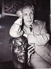 Juozas Miltinis savo svetainėje. 1987 m. Fotogr. Stasio Povilaičio. PAVB FJM-837/1