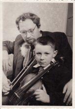Juozas Miltinis su aktoriaus Broniaus Babkausko sūnumi, būsimu aktoriumi Aurimu Babkausku. Apie 1956 m. PAVB FJM-930/1