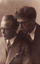 Juozas Miltinis su bičiuliu Valerijonu Derkinčiu, baigę Kauno vaidybos mokyklą. 1931 m. PAVB FJM-855/1