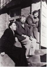 Su bičiuliais Matu Melėnu (kairėje) ir Vaclovu Blėdžiu (dešinėje). Apie 1956 m. PAVB FJM-1013/41