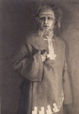 """Juozas Miltinis – Burtininkas, sukilusios prieš Krūšną genties vadas, V. Mykolaičio-Putino pjesėje """"Valdovas"""" Šiaulių dramos teatre. 1931 m. PAVB FJM-857/1"""