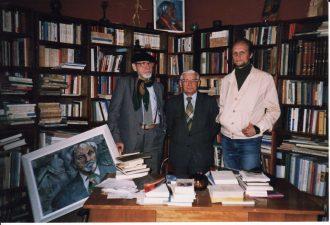 Juozas Miltinis savo bibliotekoje su aktoriumi Vaclovu Blėdžiu ir teatrologu Giedrimundu Gabrėnu. 1989 m. Fotogr. Lidijos Šimkutės. PAVB FJM-1013/50