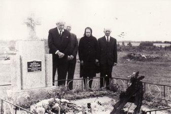 Juozas Miltinis su broliais ir seserimi prie Motinos kapo. Apie 1970 m. PAVB FJM-852.1