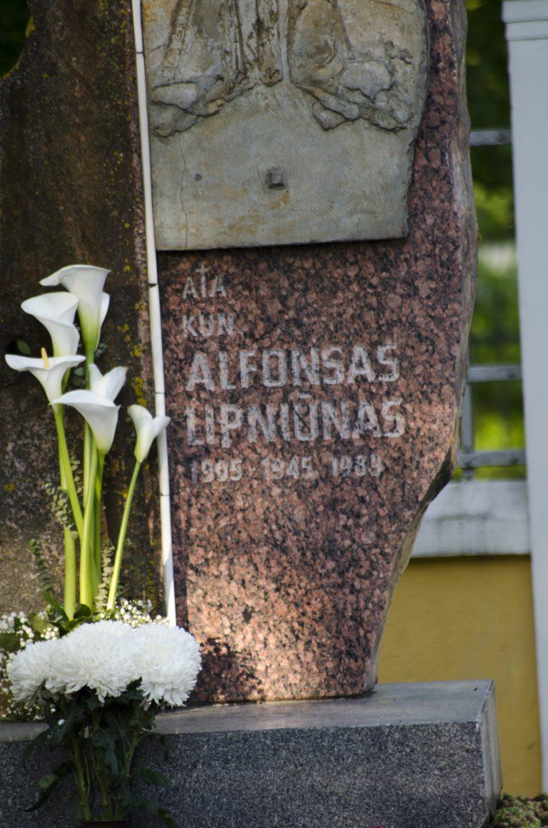Kunigo Alfonso Lipniūno antkapinis paminklas. Astos Rimkūnienės nuotrauka