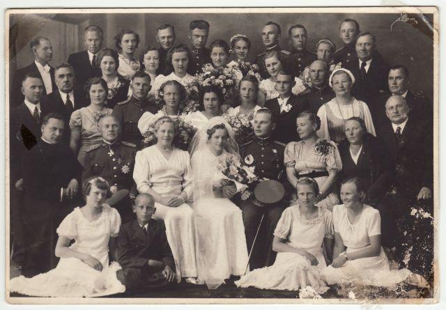 1. Panevėžio birutiečių vadovė Aleksandra Tamašauskienė (trečia iš dešinės) per savo sūnaus vestuves. 1939 m. birželio 24 d. Nuotrauka iš privačios kolekcijos