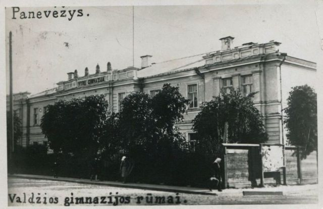 Panevėžio Juozo Balčikonio gimnazijos pastatas tarpukaryje. Nuotrauka iš internetinio žiniaraščio www.miestai.net