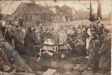 1. Žuvusių šaulių laidotuvės Troškūnuose. 1920 m. Nuotrauka iš privačios kolekcijos