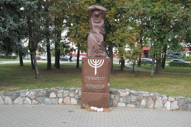 """1. """"Liūdinti žydų motina"""" Atminimo skvere, buvusiose Panevėžio žydų kapinėse"""