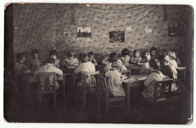 Panevėžio vaikų darželio auklėtiniai 1933 m. Nuotrauka iš Panevėžio kraštotyros muziejaus rinkinio