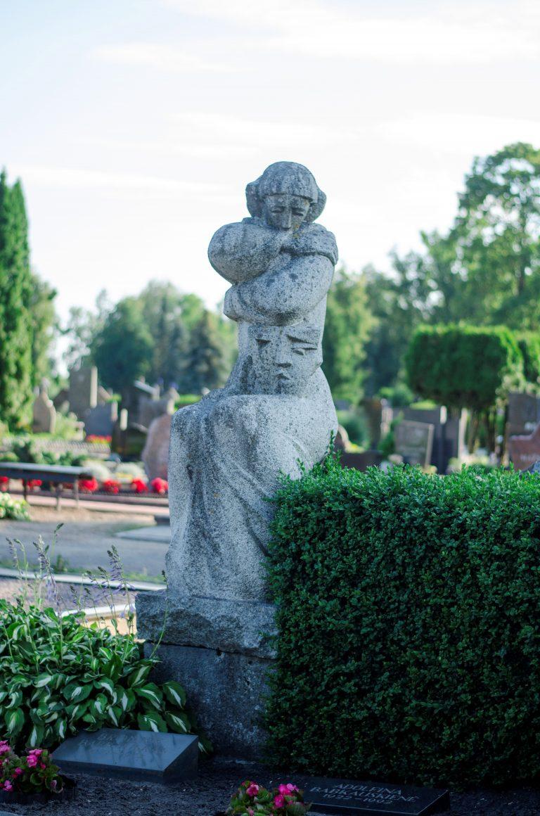 """""""Liūdinti mūza Melpomenė"""", aktoriaus Broniaus Babkausko antkapinis paminklas. Astos Rimkūnienės nuotrauka"""