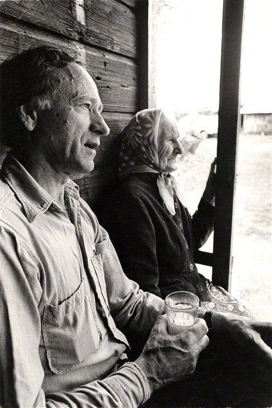 Jonas Mekas su motina, švenčiančia 90-metį, tėviškėje. 1977 m.