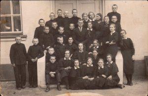Pasvalio aukštesniosios komercijos mokyklos VI laidos moksleiviai su klasės auklėtoju Vladu Kulboku. Viršutinėje eilėje iš dešinės: 2-a Ona Steponavičiūtė, 3-čia Valė Kazėnaitė-Zablockienė, 4-ta Barbora Vileišytė, 5-ta Emilija Stankevičiūtė. Pasvalys. Apie 1936 m.