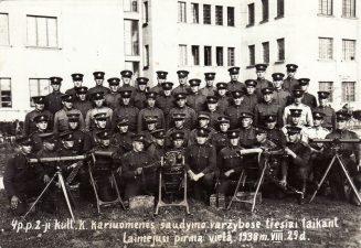 Ketvirtojo pėstininkų pulko 2-oji kulkosvaidininkų kuopa kariuomenės šaudymo tiesiai taikant varžybose laimėjusi pirmąją vietą prie Pajuosčio kareivinių. 1938 08 29. J. Žitkaus nuotrauka. PKM GEK 20276
