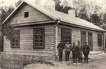 Ketvirtojo pėstininkų Lietuvos karaliaus Mindaugo pulko puskarininkių namas Pajuostyje. Viduryje stovi panevėžietis Viktoras Čaplikas, vadovavęs šio namo statybai. 1924 m. PKM GEK 19413