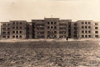 Baigiamos statyti kareivinės Pajuostyje. Apie 1930 m. PKM GEK 17619