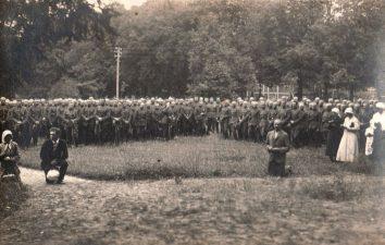 Ketvirtojo pėstininkų Lietuvos karaliaus Mindaugo pulko kariai per šv. Mišias Pajuosčio kareivinių teritorijoje. XX a. 4 deš. PKM GEK 30061